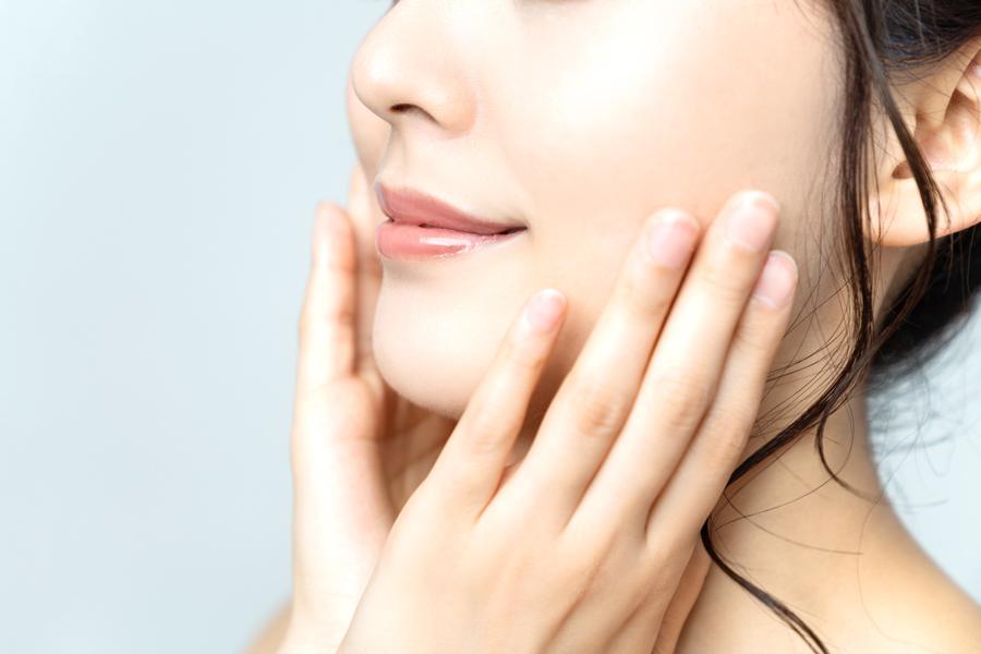 顔のむくみ解消には、起きてすぐのマッサージが最適です
